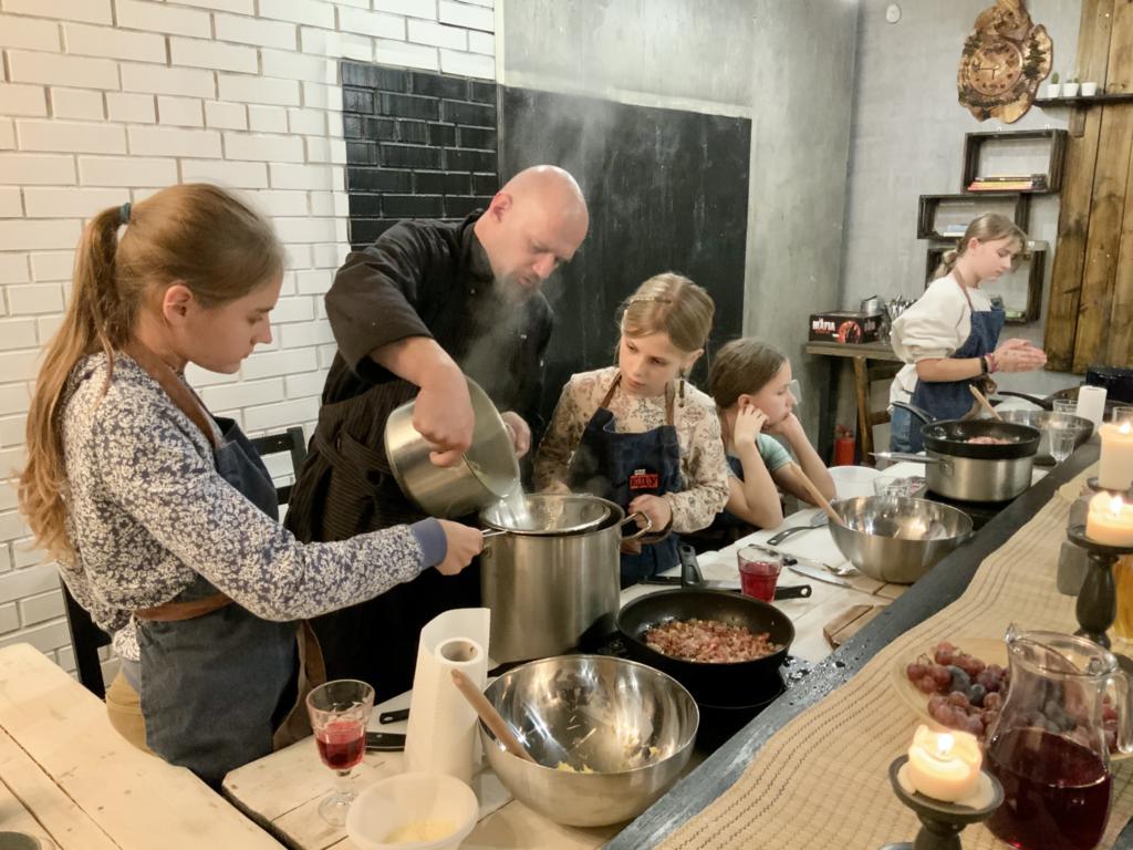 дети с шеф-поваром готовят