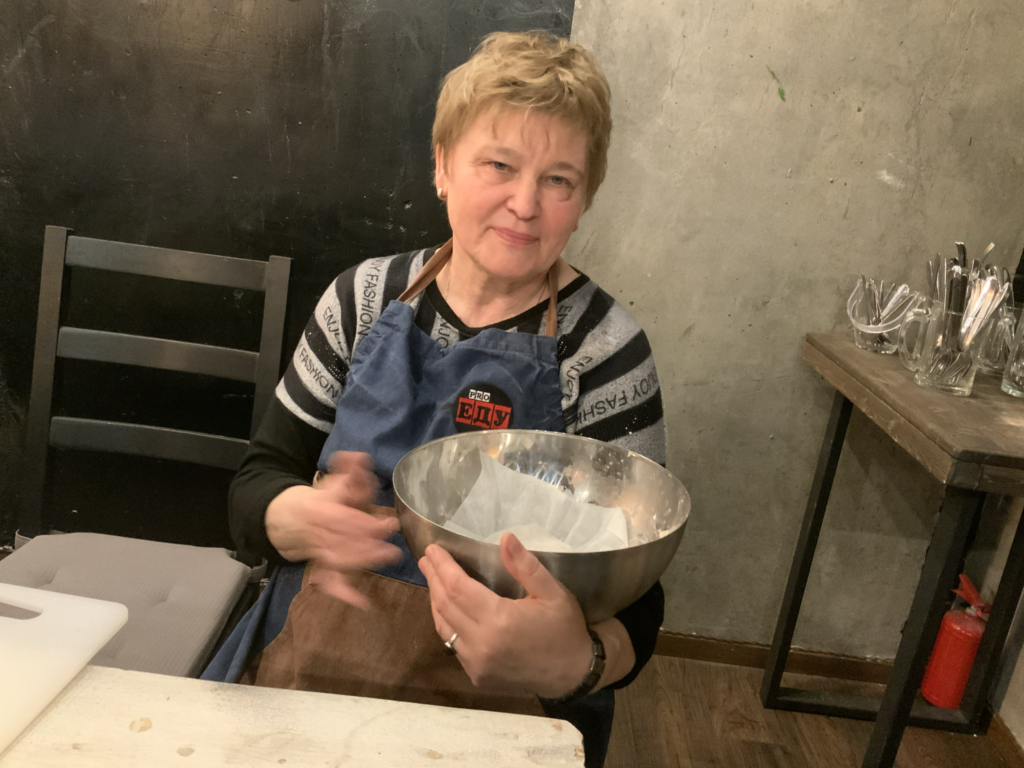Замешиваем тесто в кулинарной студии про-еду