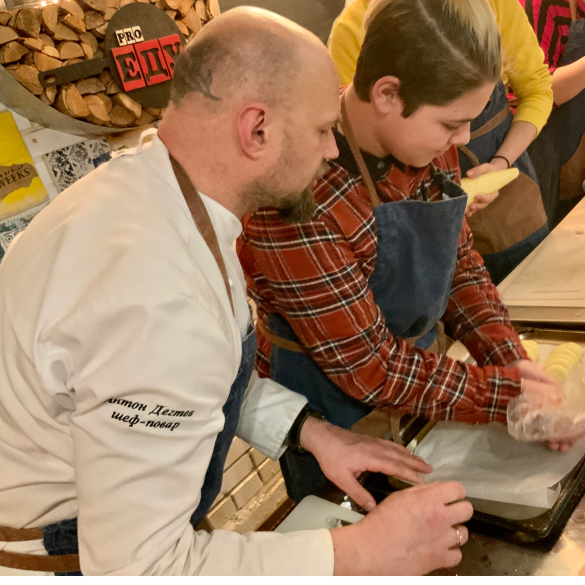 подростки готовят в кулинарной студии